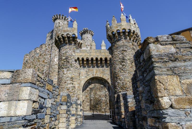 Hem- eller huvudsaklig ingång av den Templar slotten i Ponferrada, Spanien arkivbild