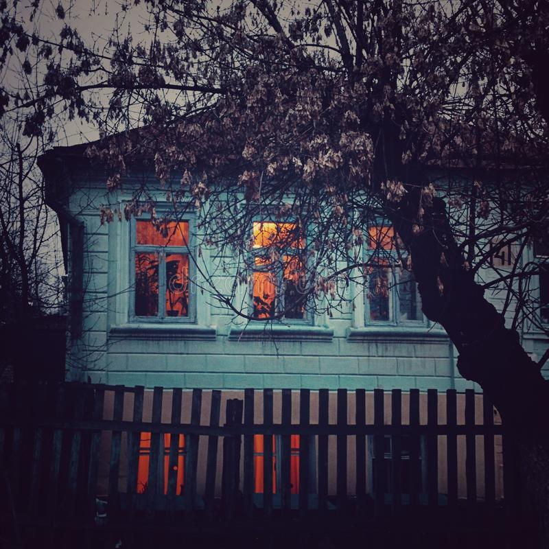 hem fönster, ljus, träd, blått arkivfoto