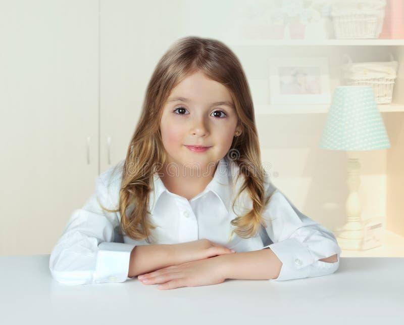 Hem för barnflickastående inomhus Elevkvinnlig på tabellen livsstil royaltyfria foton