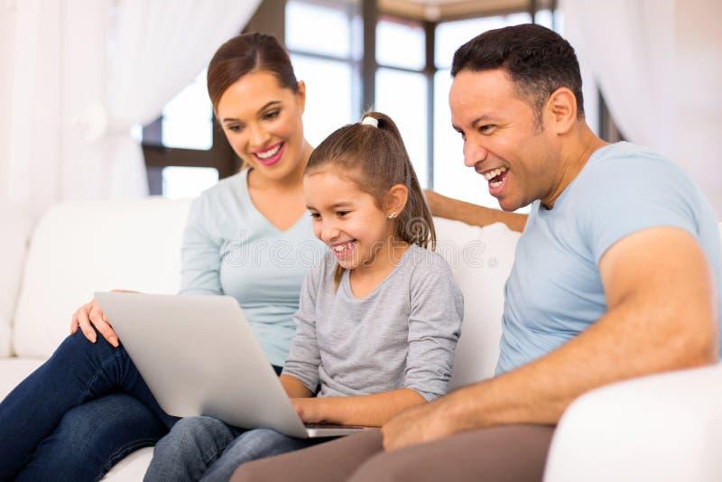 Hem för familjbärbar datordator arkivbild
