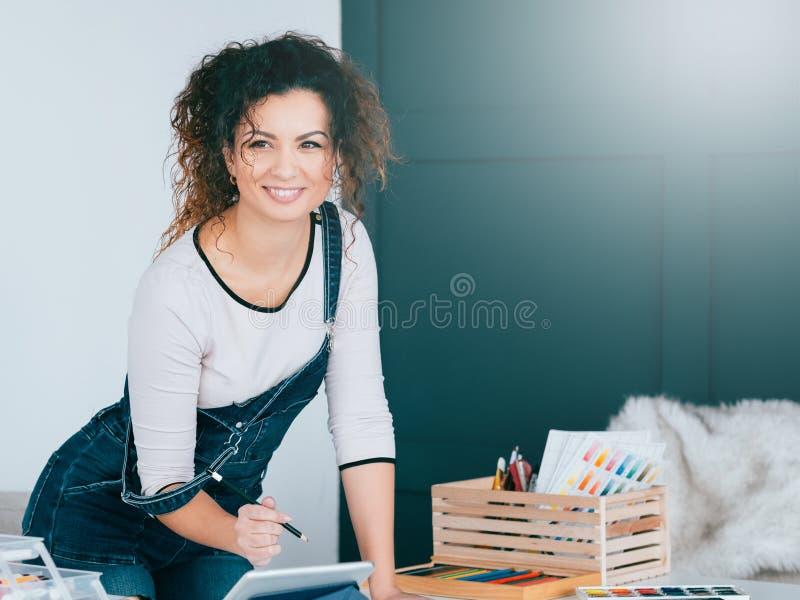 Hem för teckning för dam för inspirationkreativitet begåvat arkivbilder