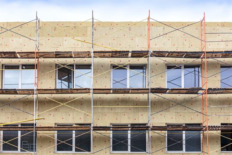 Hem- fasadisolering med vaggar ull renovering f?r v?gg f?r hus f?r energieffektivitet arkivfoton