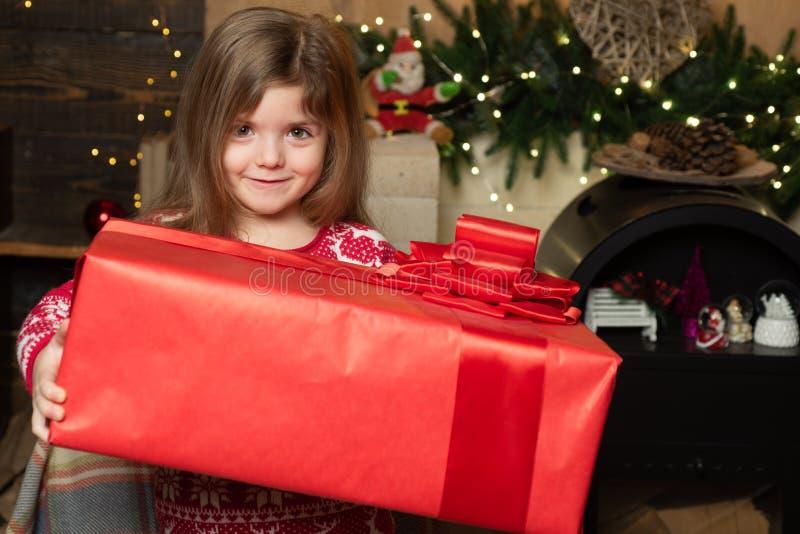 Hem- fylld gl?dje och f?r?lskelse Hemtrevlig julatmosf?r Flickan behandla som ett barn julhelgdagsafton Glad jul och lyckligt nyt arkivfoton