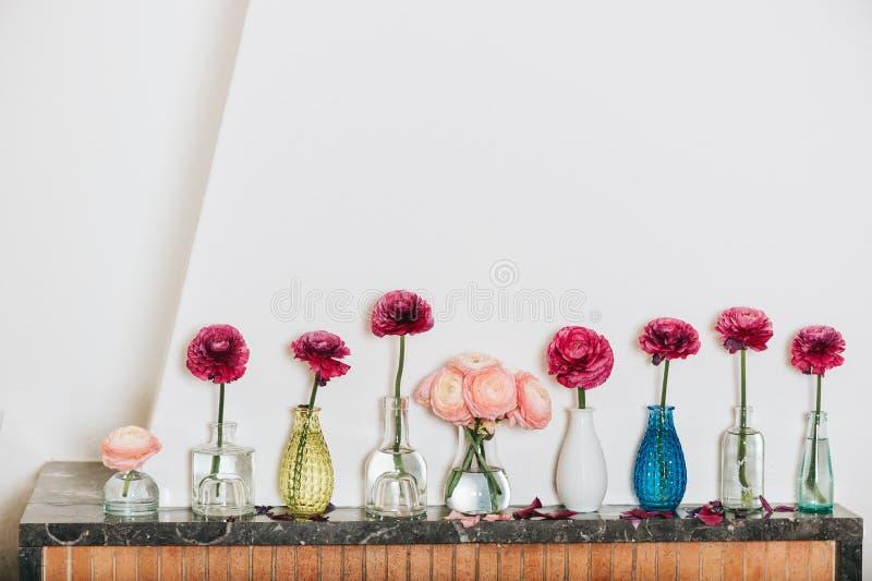 Hem- garnering, många olika vaser med smörblommablommor royaltyfria bilder