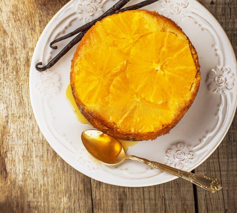 Hem gjord hel snäsig orange kaka arkivbilder