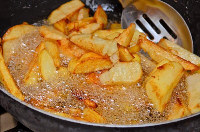 Hem gjorda djupa stekte chiper. arkivbilder