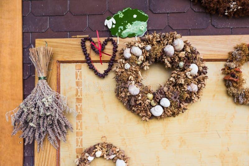 Hem gjorda torkade blommor krona och snigelgarneringar fotografering för bildbyråer