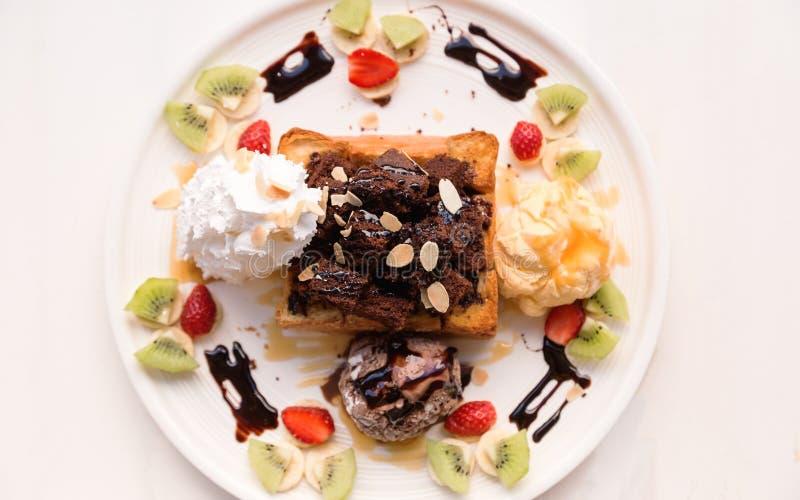 Hem gjort chokladrostat bröd på den vita plattan royaltyfri bild