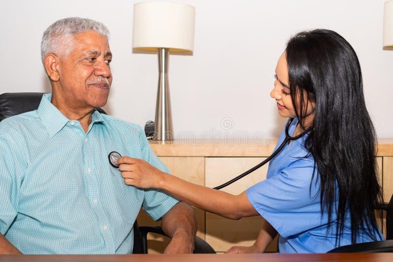 Hem- hälsovårdsjuksköterska Assisting Elderly Patient royaltyfria bilder