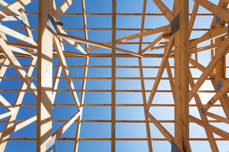 Hem- inrama för ny bostads- träkonstruktion mot en blå himmel royaltyfria foton