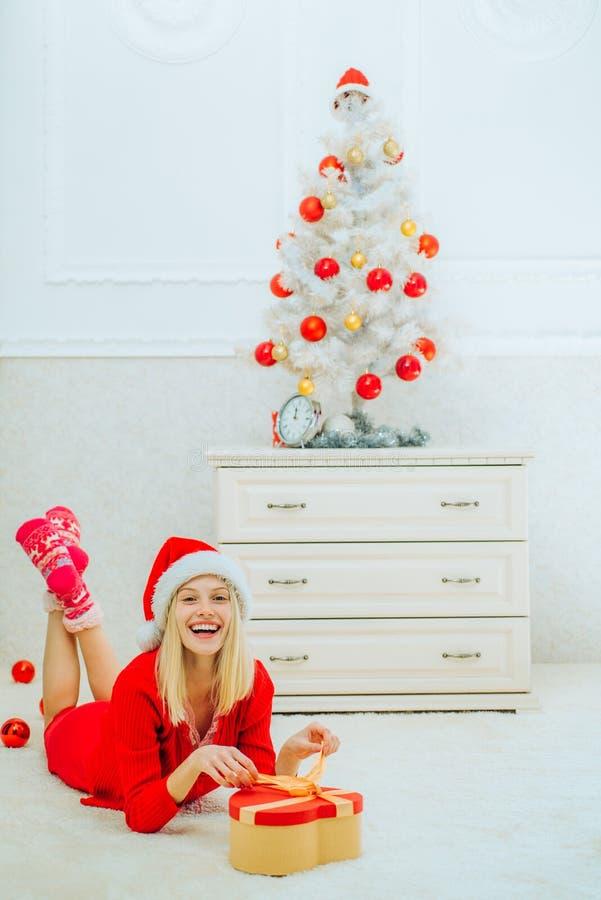 Hem- julatmosfär begrepp isolerad överrrakningwhite händelse Inre jul Iklädd blond kvinnlig modell en Santa Claus hatt arkivbilder