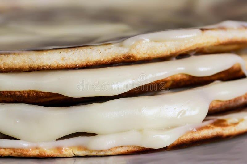Hem- kaka med kräm Krämflöden ner Makro royaltyfria foton