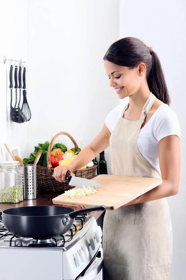 Hem- kockmatlagning i köket royaltyfri bild