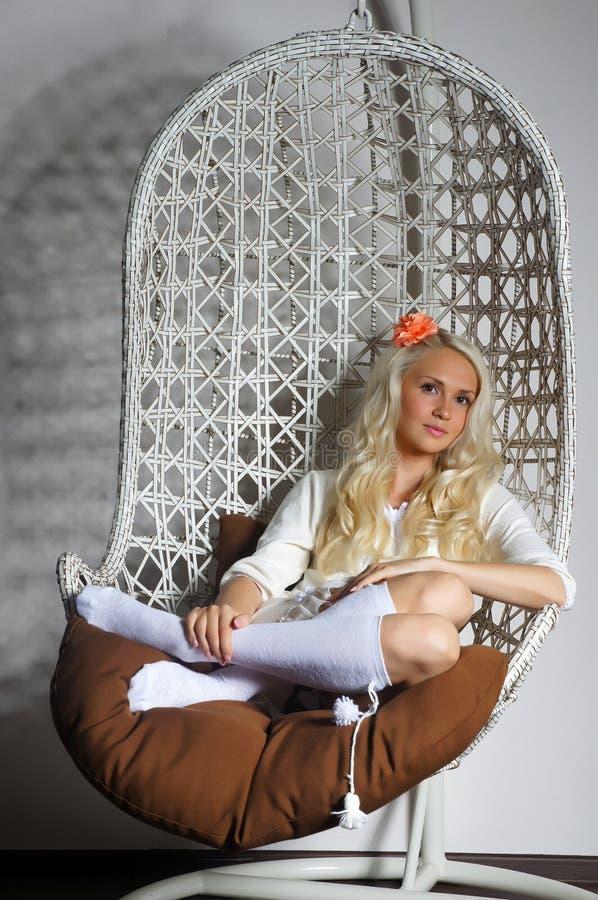 Hem- komfort och en älskvärd flicka royaltyfria foton