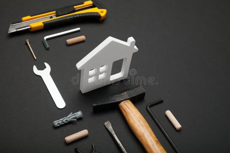 Hem- konstruktionsbegrepp för trä, diy husbyggnad royaltyfri fotografi