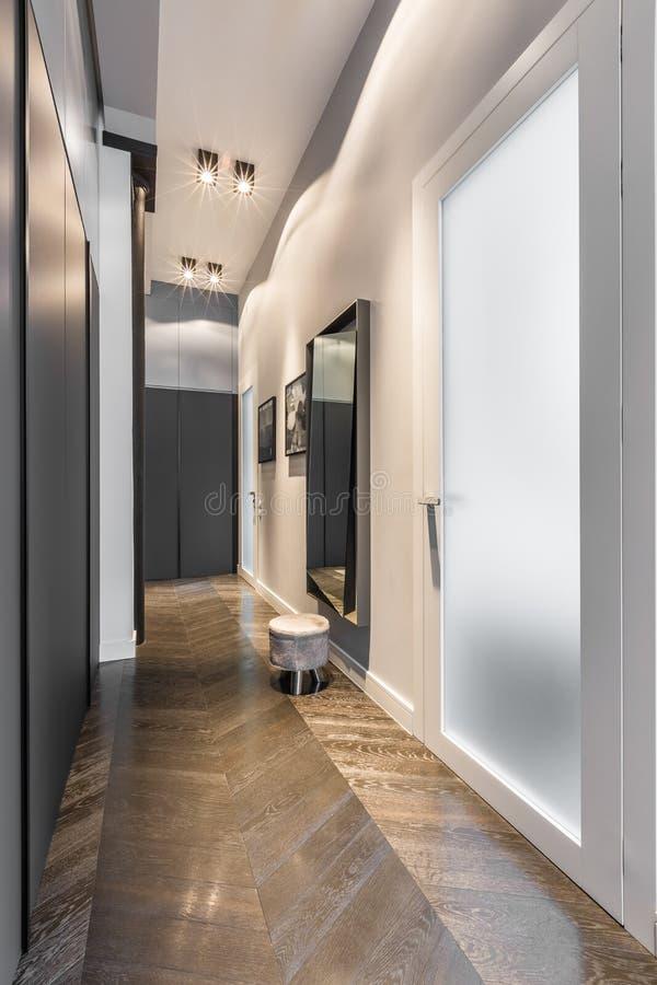 Hem- korridor med den svarta garderoben royaltyfri bild