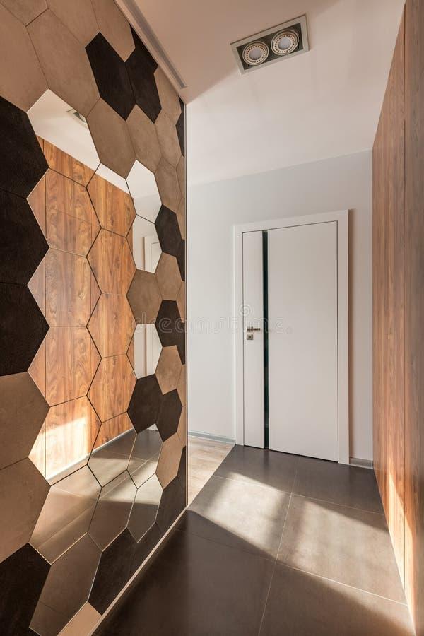 Hem- korridor med hexagonallspegeln royaltyfri bild