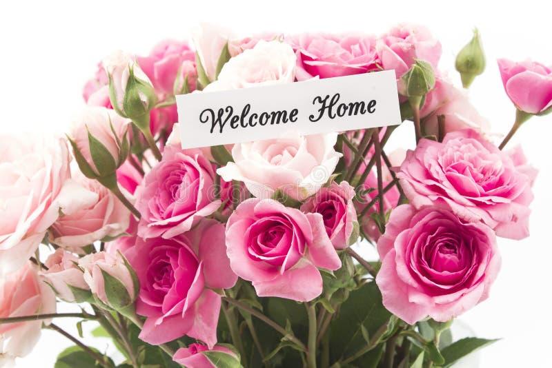 Hem- kort för välkomnande med buketten av rosa rosor royaltyfria bilder
