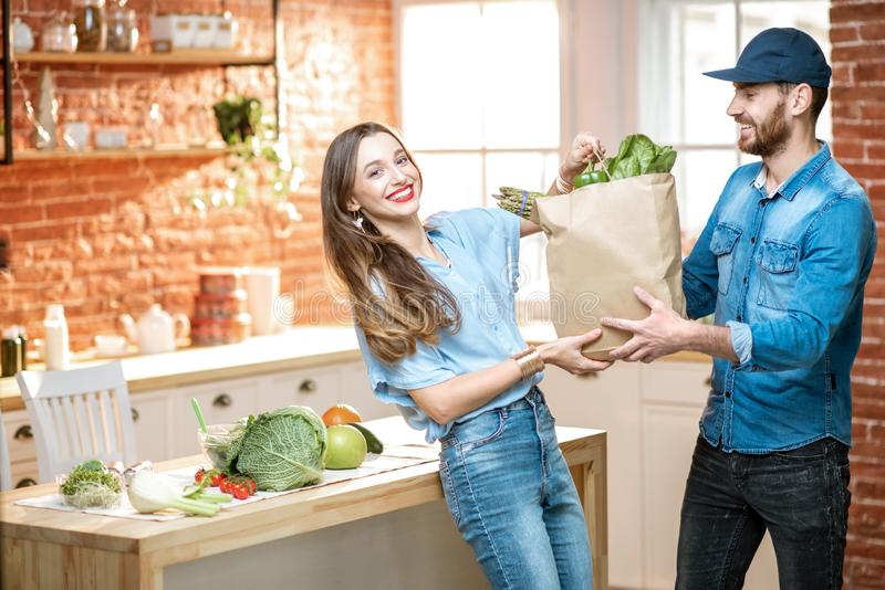 Hem- leverans av ny mat arkivbilder