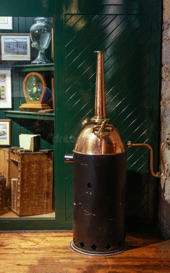 Hem- liten kopparwhiskyspritfabrik royaltyfri foto