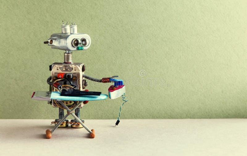 Hem- lokalvård och robotic stryka servicebegrepp Inhemsk robot som stryker svart byxa med järn och brädet olivgr?n arkivbild