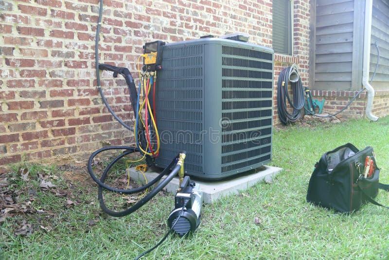 Hem- luftkonditioneringsapparatunderhåll och reparation royaltyfria bilder