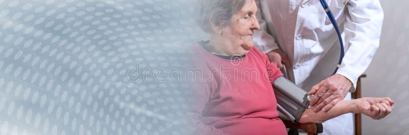 Hem- medicinsk hjälp av pensionärer; panorama- baner royaltyfria bilder