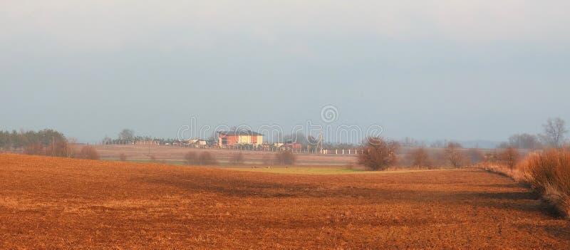 Hem och härligt solnedgångfärgfält, Litauen royaltyfria bilder