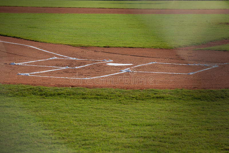 Hem- platta på ett baseballfält royaltyfri bild