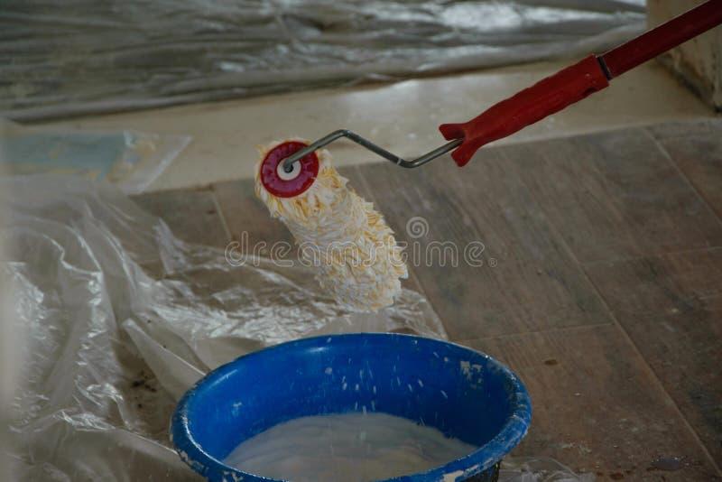 Hem- renovering - färga för att måla väggarna, branschconstructio arkivbild