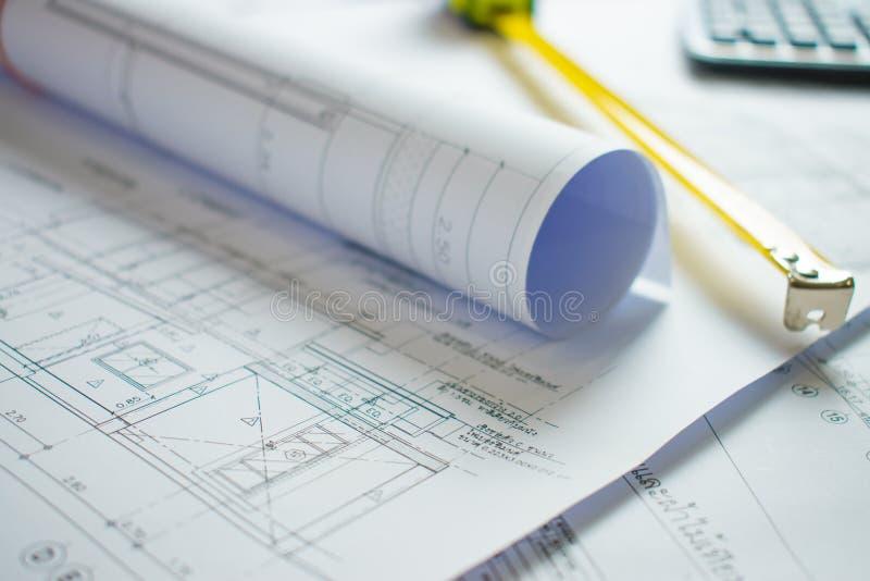 Hem- ritning p? arkitektens skrivbord arkivbild