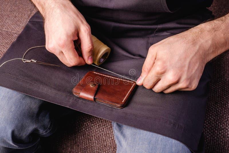 hem som göras läder att bryna plånboksmå och medelstora företag royaltyfria bilder