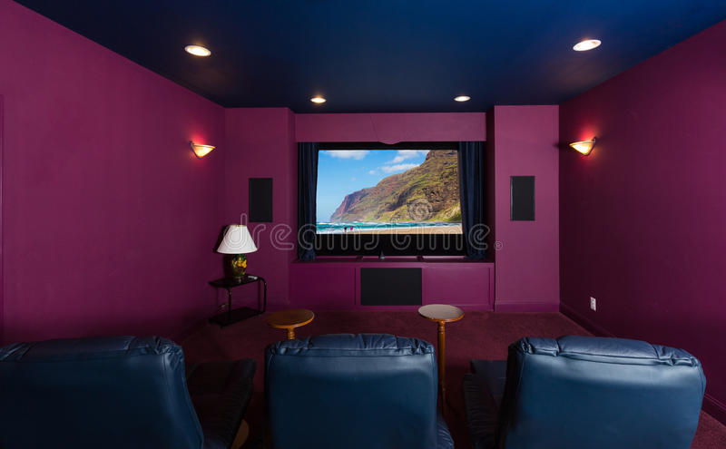 Hem- teater inom modernt hem arkivbilder
