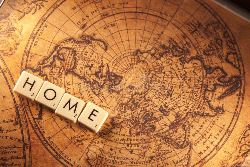 Hem- text på en världskarta royaltyfri fotografi