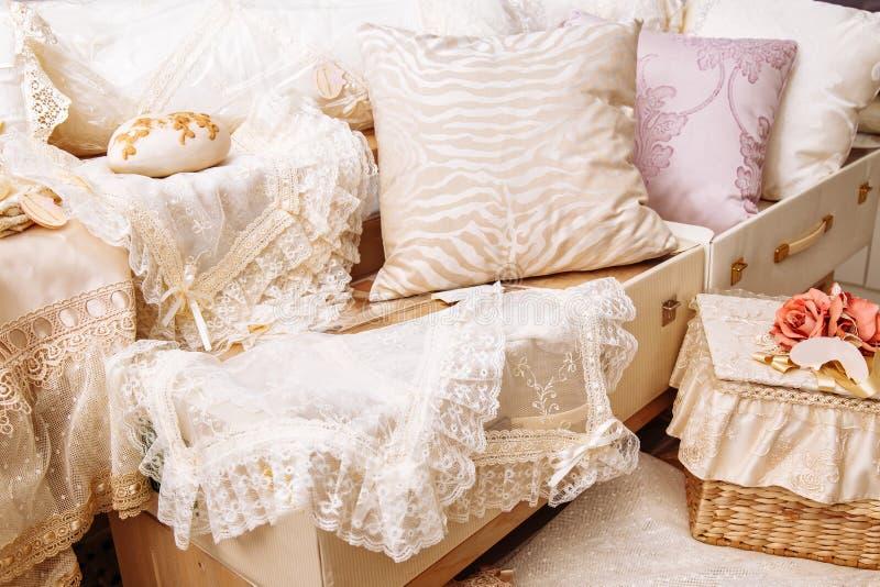 Hem- textiler Olika kuddar och överkast royaltyfri bild