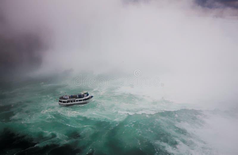 Hembiträde av det turist- fartyget för mist, Niagara Falls, på en stormig dag arkivfoto