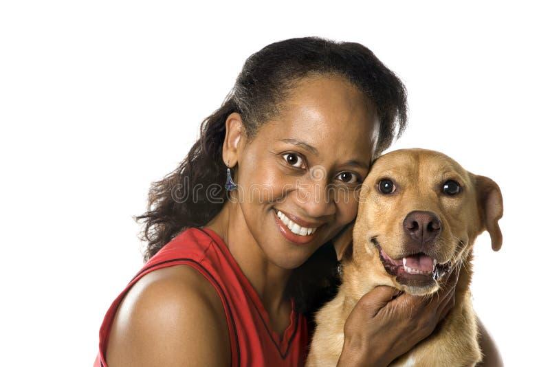 Hembra adulta con el perro. foto de archivo