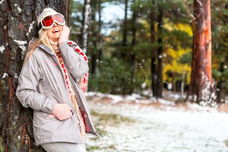 Hembra alegre en un bosque nevoso del arbolado del invierno fotografía de archivo libre de regalías