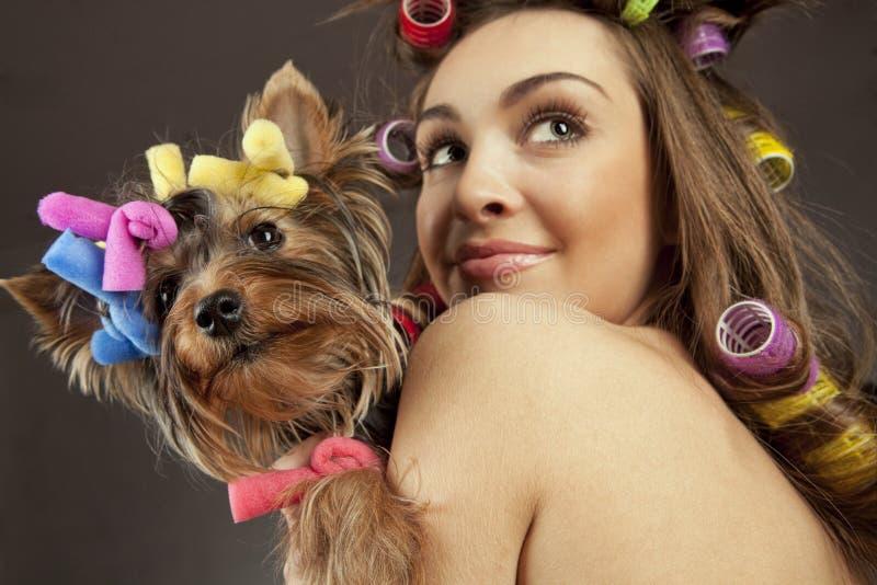 Hembra con el perro del terrier de Yorkshire imagenes de archivo
