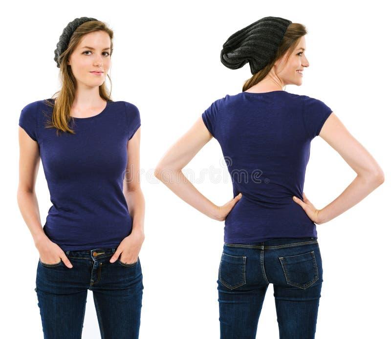 Hembra con la camisa y la gorrita tejida púrpuras en blanco fotografía de archivo