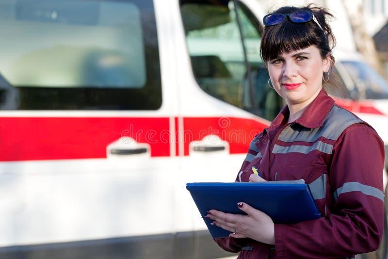 Hembra del paramédico en el coche de la emergencia imagen de archivo