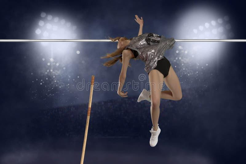 hembra del puente del salto con pértiga de la competencia foto de archivo libre de regalías