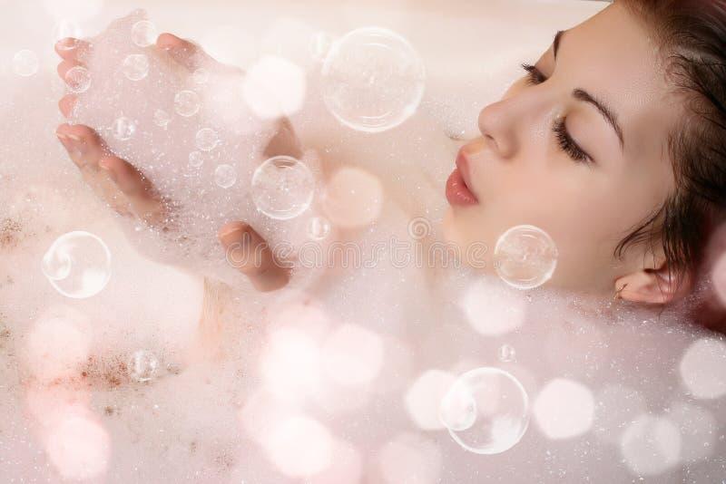 Hembra en baño con espuma fotografía de archivo libre de regalías