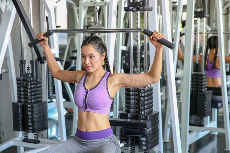Hembra en gimnasio deporte, aptitud, levantamiento de pesas, ejercicio de la mujer foto de archivo
