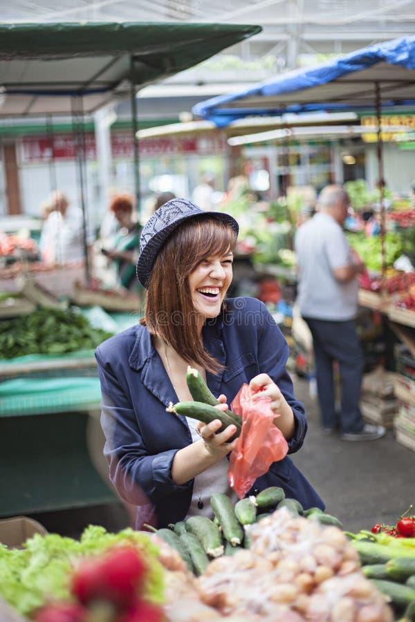 Hembra en Market Place foto de archivo