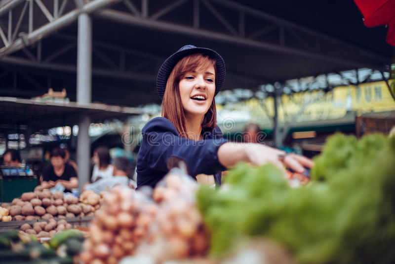 Hembra en Market Place imagenes de archivo