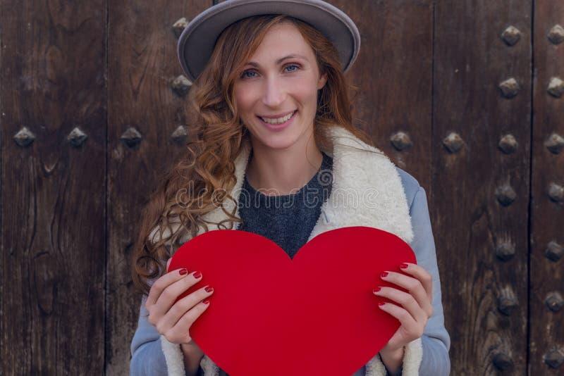 Hembra feliz de la tarjeta del día de San Valentín fotos de archivo libres de regalías