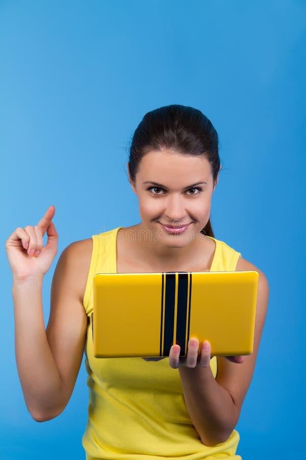 Hembra hermosa con una computadora portátil imagenes de archivo