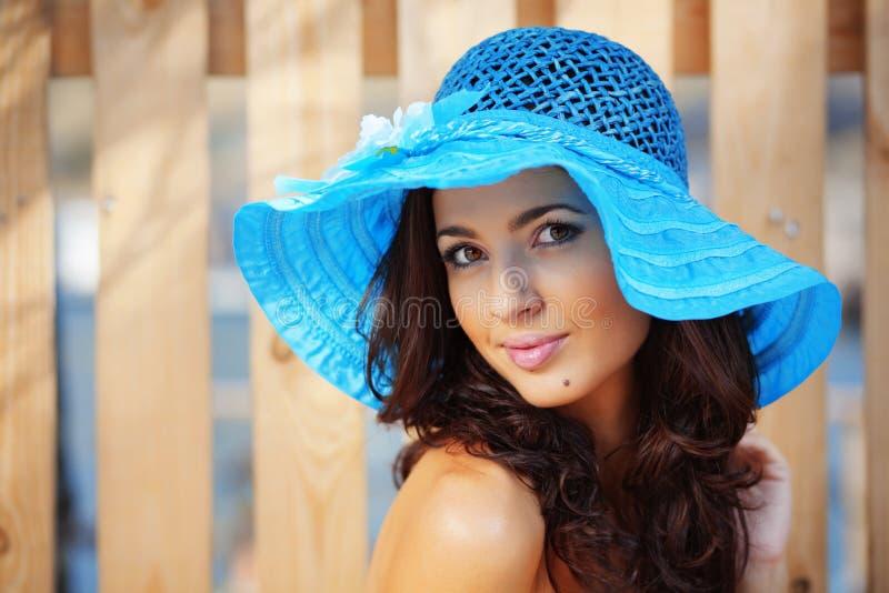 Hembra hermosa en el sombrero de la señora azul fotografía de archivo libre de regalías