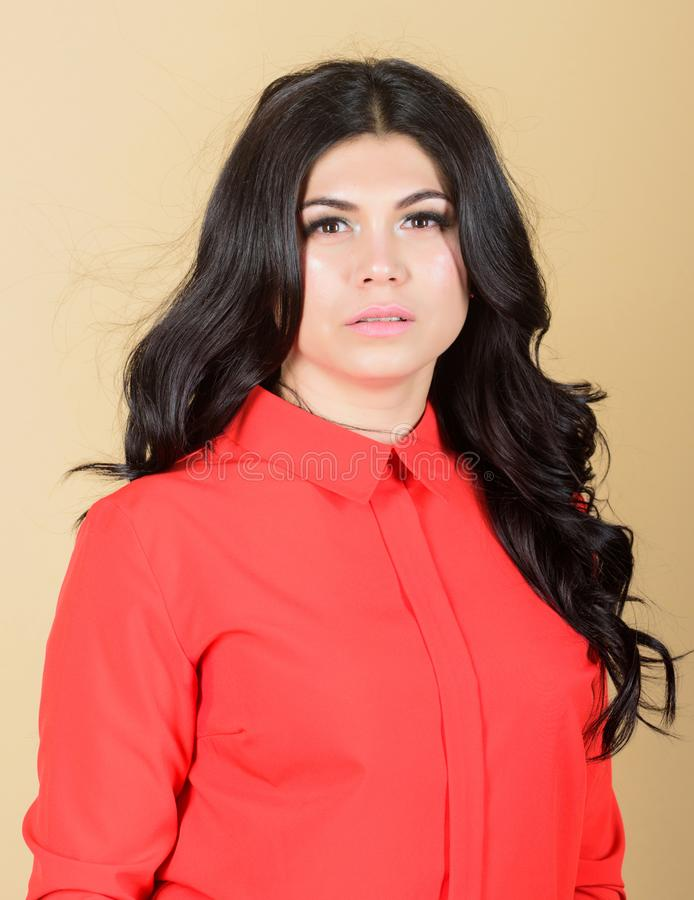 Hembra hermosa Maquillaje y cosm?ticos skincare de la mujer Mujer con el pelo rizado largo Retrato de la moda de la mujer Sea foto de archivo